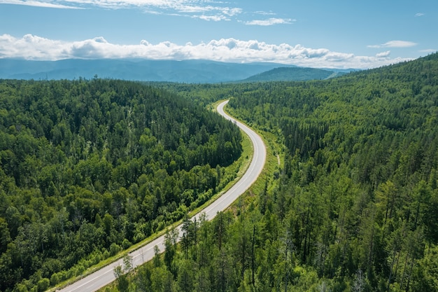 西シベリアのタイガエコリージョンのジグザグ道路。バイカル、ロシア。