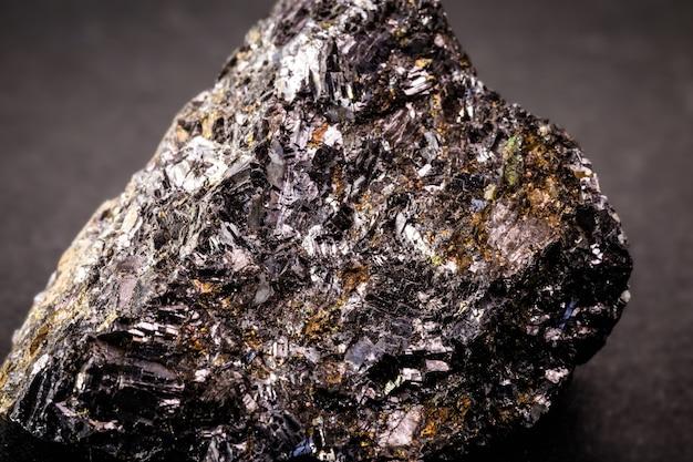 Цинковая руда, макросъемка, на черном фоне изолированных.