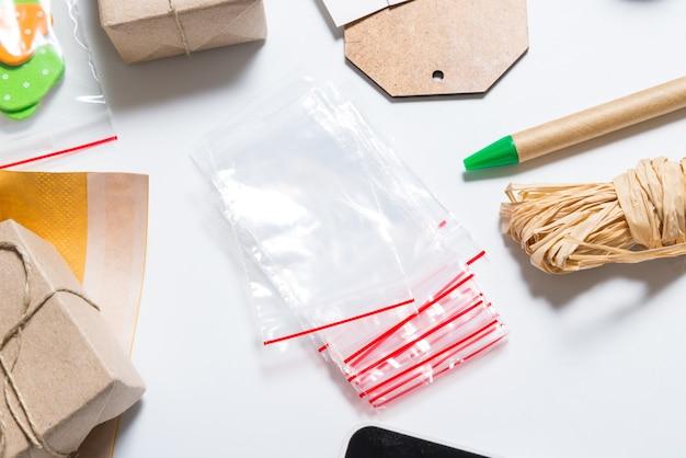 ジップロックバッグとオフィスデスクでの適切な梱包用の消耗品