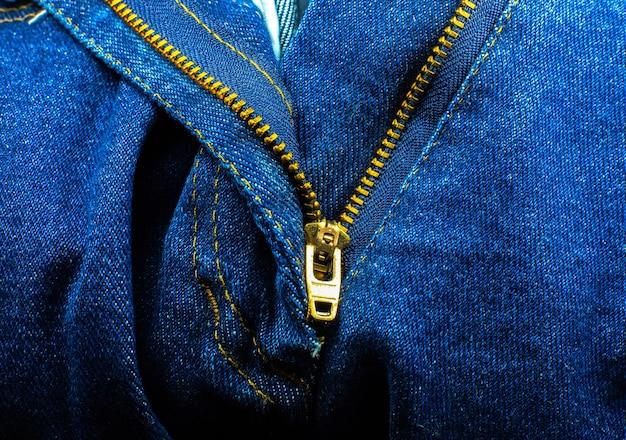 ブルージーンズのジッパー。流行に敏感なデニムの服。閉じる。
