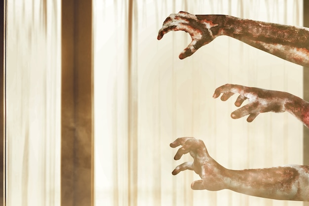 버려진 집에 피와 상처가있는 좀비 손
