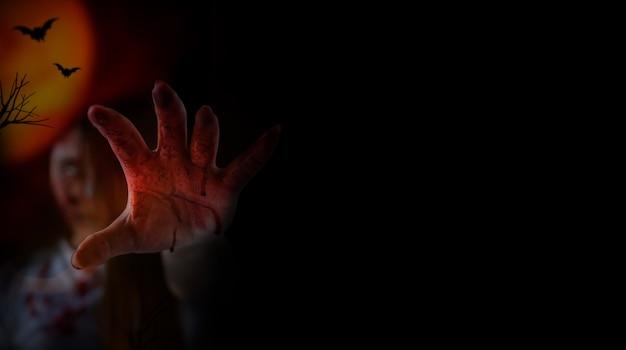 ハロウィーンフェスティバルのゾンビ女性コスチュームとメイク。恐怖と闇のシーンで怖い幽霊。
