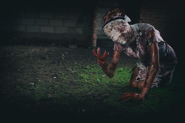Зомби женщина ужас застрелил страшное зло безумная медсестра психоз женщина тема хэллоуина темный