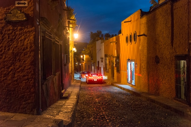 Вид на улицу ночью, zona centro, сан-мигель-де-альенде, гуанахуато, мексика