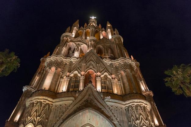 夜の教区教会、zona centro、サンミゲルデアジェンデ、グアナフアト、メキシコの低角度の景色