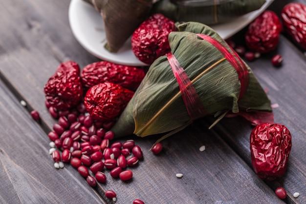 Zongzi는 붉은 과일로 덮여
