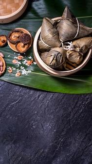 ちまき、蒸し器で新鮮な温かいご飯餃子。ドラゴンボートドゥアンウーフェスティバルで有名なアジアのおいしい食べ物