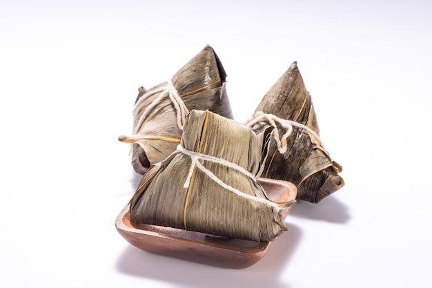 드래곤 보트 축제, 아시아 전통 음식에 흰색 배경에 고립 된 zongzi 또는 쌀 만두