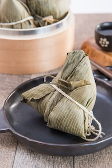 Zongzi 또는 dragon boat festival의 쌀 만두, 아시아 전통 음식