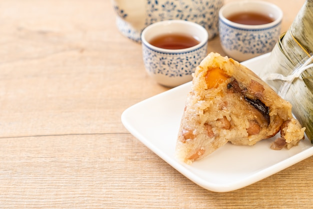 Zongziまたは伝統的な中国のもち米餃子、アジア料理スタイル