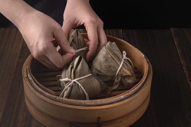 Рисовые клецки цзунцзы на традиционном китайском фестивале лодок-драконов