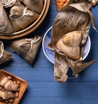 중국 전통 용선 축제를위한 재료를 사용한 zongzi 쌀 만두