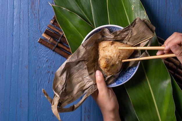 푸른 나무 테이블 배경 위에 중국 전통 드래곤 보트 축제 (duanwu 축제)에 대한 재료 평면도와 zongzi 쌀 만두