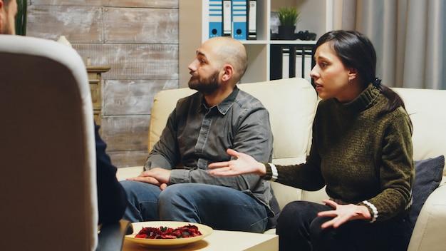 커플 치료에서 화난 젊은 아내의 샷을 확대합니다. 부부 어려움에 심리학자입니다.