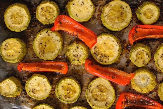 ズッキーニと唐辛子とハーブを焼く準備。ベジタリアン料理。天然植物性食品。上からの眺め。