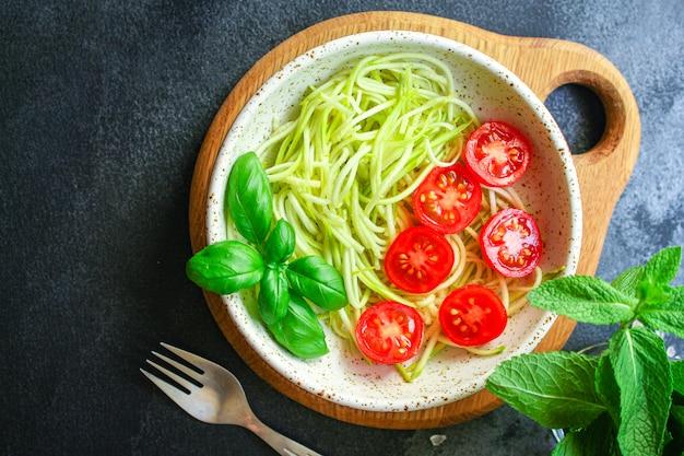 ズッキーニとトマトの野菜サラダスナック