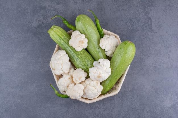 Zucchine e cavolfiori in cestino rustico