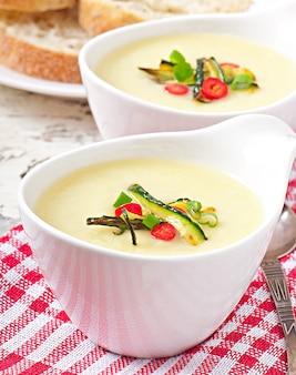 Крем-суп из цуккини с чесноком и перцем чили