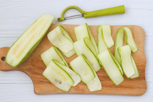 Кабачки нарежьте лентами с помощью овощерезок.