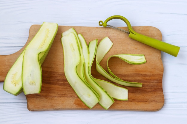 ズッキーニ、野菜カッターを使ってリボンで切る