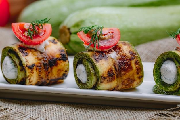 Rotolo di zucchine con formaggio cremoso verdura vista laterale di aneto
