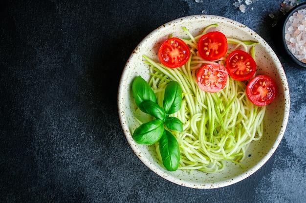 Салат из цуккини спагетти с помидорами и овощами