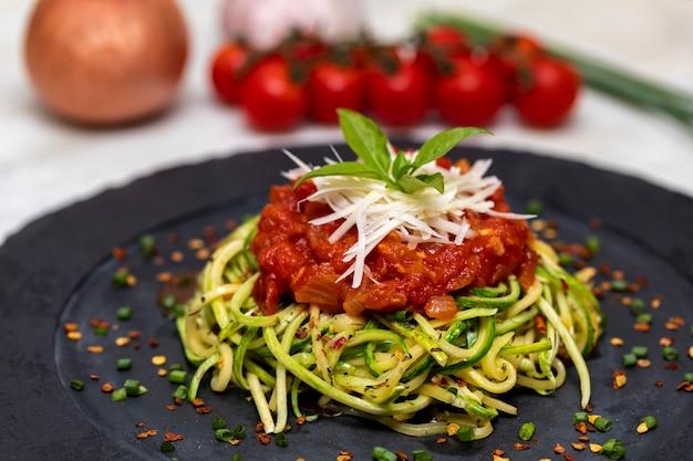 Спагетти из цуккини с обезвоженным перцем пепперони, красным соусом и тертым сыром пармезан