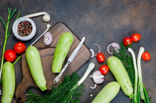 호박, 토마토, 허브와 향신료 검은 배경에. 무료 텍스트 공간이있는 배경 레이아웃.