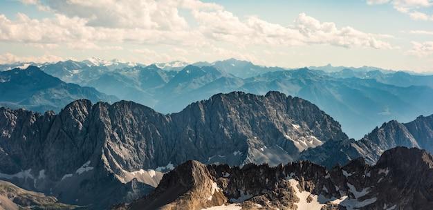 Цугшпитце, германия. чарующий вид на горные хребты