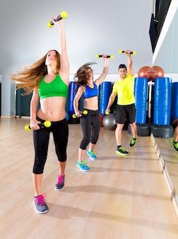 피트니스 체육관에서 zumba 댄스 심장 사람들 그룹