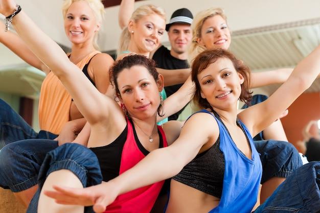 Zumba 또는 jazzdance-스튜디오에서 춤추는 젊은이