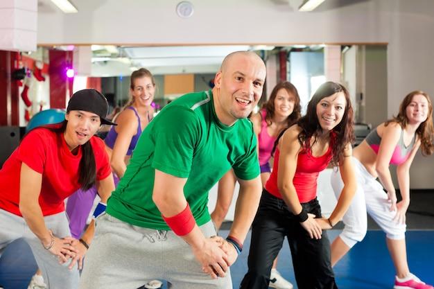 Фитнес - zumba танцевальная тренировка в тренажерном зале