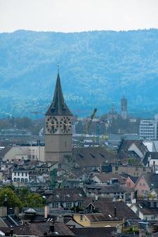 취리히 센터. 고대 유럽 도시의 이미지, 위에서 볼 수 있습니다. 아름다운 집과 예배당.