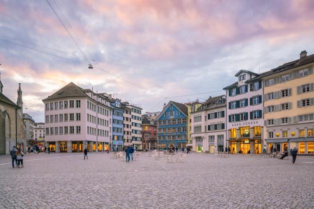 취리히, 스위스 - 2018년 2월 3일: 밤에 스위스 취리히 시의 구시가지. 스위스에서 가장 큰 도시입니다.