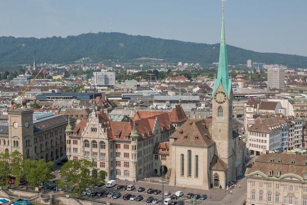 스위스 취리히 - 2017년 6월 19일: 스위스 그로스뮌스터 교회(grossmunster church)에서 역사적인 취리히 시내 중심가와 리마트(limmat) 강의 공중 전망. 여름 풍경