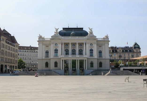 취리히, 스위스 - 2017년 6월 19일: 취리히 시의 역사적 중심지에 있는 오페라 하우스에서 볼 수 있습니다. 푸른 하늘이 있는 여름날. 포스터, 이미지, 사진, 그림 인쇄