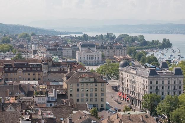취리히, 스위스 - 2017년 6월 21일: 스위스 취리히 그로스뮌스터 교회에서 오페라 하우스와 취리히 호수가 있는 취리히 도심의 공중 전망. 여름 풍경, 화창한 날씨와 화창한 날