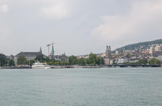 취리히, 스위스 - 2017년 6월 21일: 취리히 호수와 중심 도시에서 볼 수 있습니다. 여름 풍경, 햇살 날씨, 극적인 변덕스러운 푸른 하늘