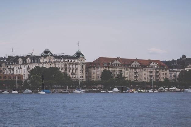 취리히, 스위스 - 2017년 6월 21일: 취리히 호수와 취리히 시의 역사적 중심지에서 볼 수 있습니다. 여름 풍경, 햇살 날씨, 푸른 하늘과 화창한 날