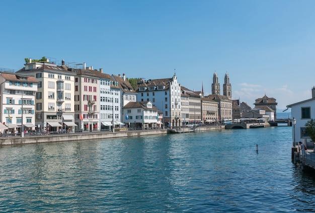 취리히, 스위스 - 2017년 6월 21일: 리마트 강과 취리히 시의 역사적 중심지에서 볼 수 있습니다. 여름 풍경, 햇살 날씨, 푸른 하늘과 화창한 날