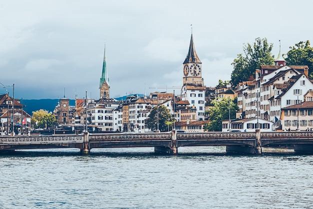 チューリッヒスイスの主要鉄道駅近くの歴史的な旧市街の建物の眺めチューリッヒhbhau ..