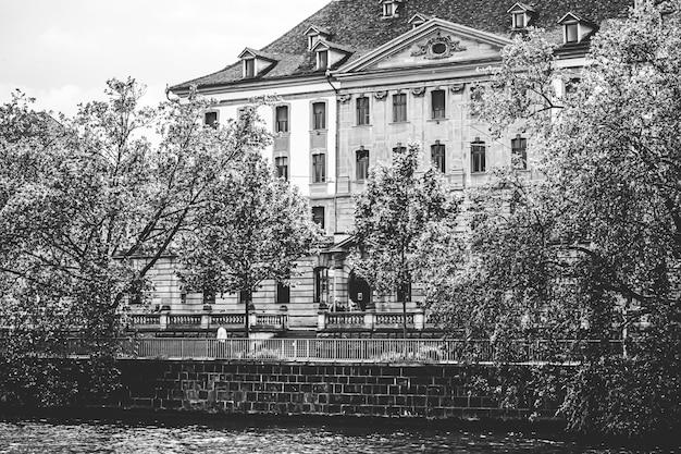 チューリッヒスイスの主要鉄道駅近くの歴史的な旧市街の建物の眺めチューリッヒhbハウプトバーンホフスイスの建築と旅行先