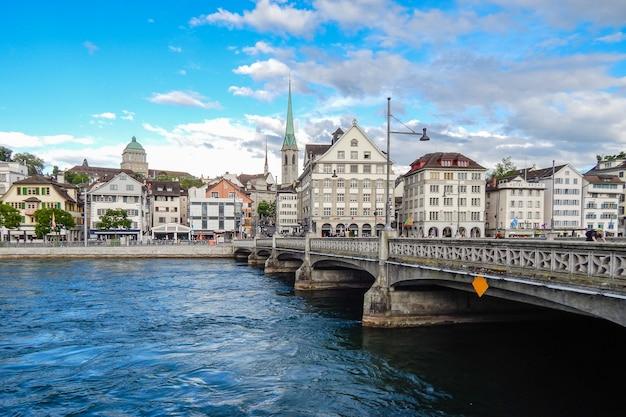취리히 스위스 리마고 강 다리와 역사적인 건물의 전망