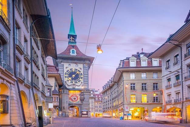 황혼에 스위스 베른(bern)의 구시가지 중심가에 있는 쇼핑 지역이 있는 크람가세(kramgasse) 거리에 있는 지트글로게(zytglogge) 시계탑