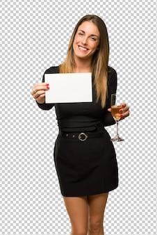 新しい年を祝うシャンパンを持つ女性2019は、コンセプトの挿入のために空白のプラカードを保持