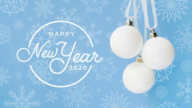 青い背景に白いクリスマスボールで新年あけましておめでとうございます2020