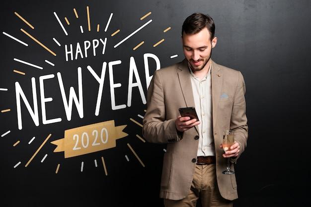 グラデーションの新年あけましておめでとうございます2020年背景とスーツを着た男