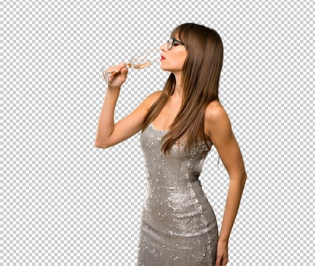 Праздники рождества. женщина в платье с блестками с шампанским, отмечающим новый год 20