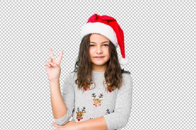 指で番号2を示すクリスマスの日を祝っている女の子。