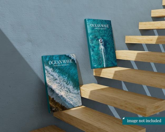 階段の2つのポスターのモックアップ